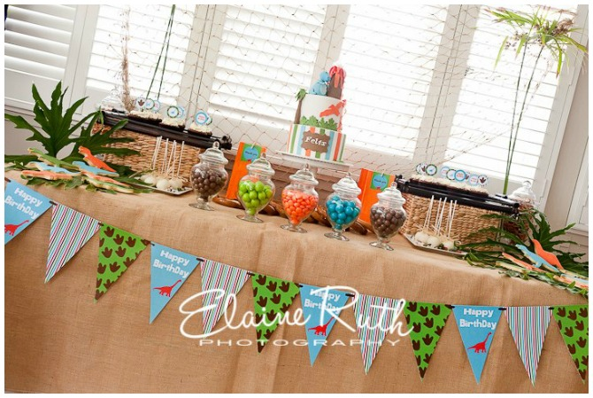 Dino party table