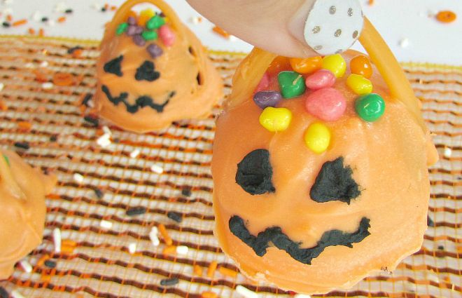 Candy Jack-O-Lantern-Oreo-cookie-balls-with-handle-to-pick-up