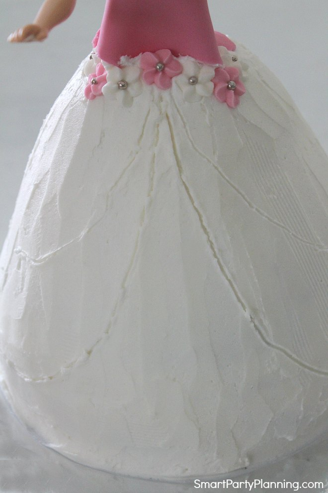 Draw lines of pattern on the dress