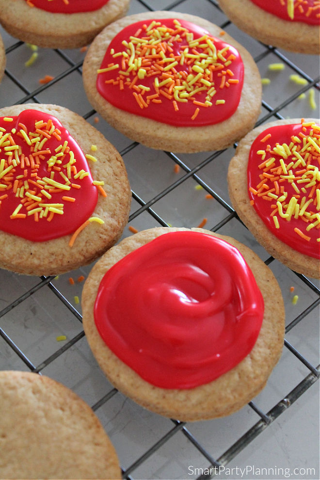 Cover the cookie with red cookie icing