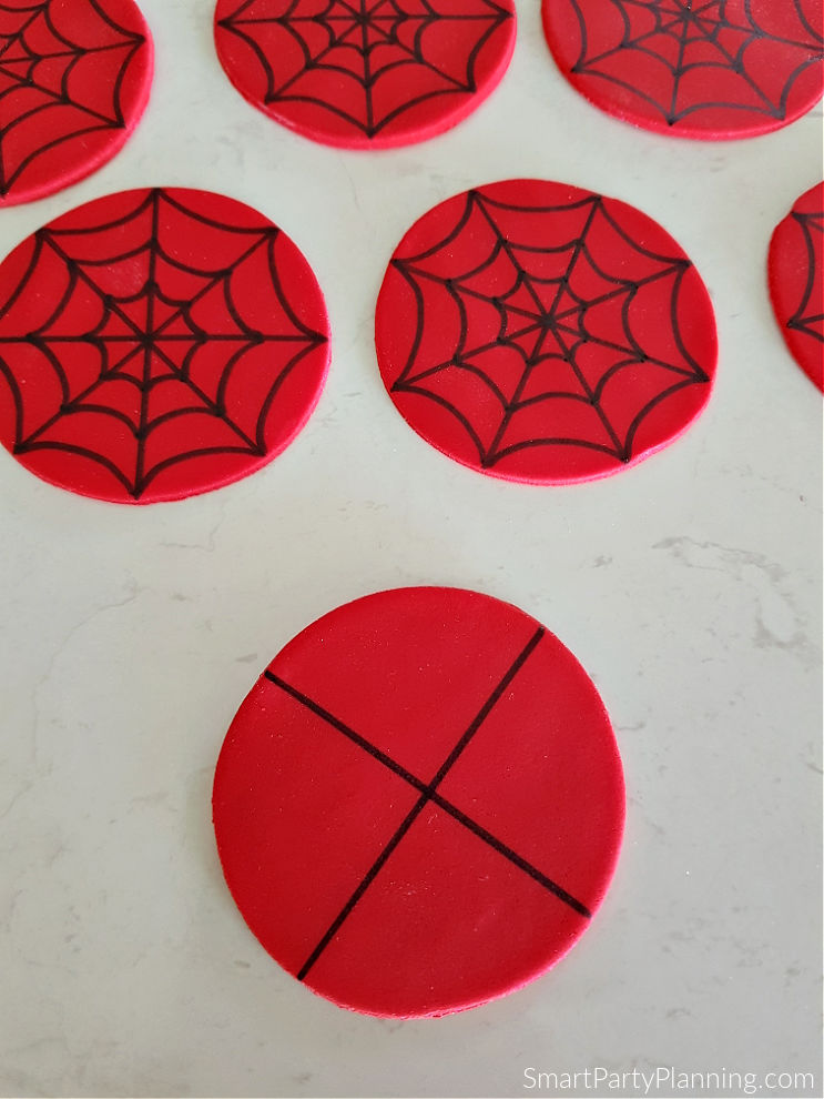 Drawing on the web on the spiderman fondant toppers